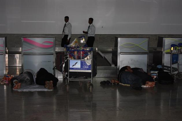 Бэкпекеры спят на полу возле стоек